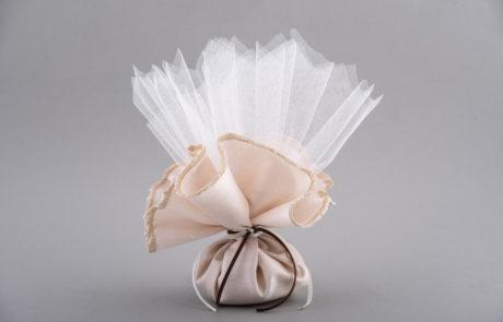 Μπομπονιέρα μαντήλι μεταξωτό με τούλι