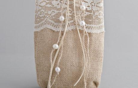 Μπομπονιέρα πουγκί λινάτσας με δαντέλα και πέρλες