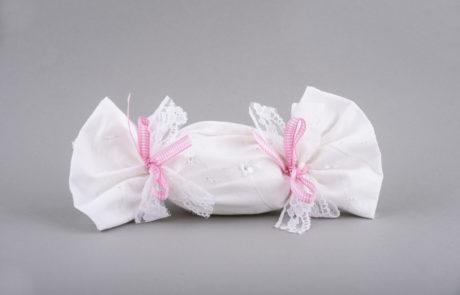 Μπομπονιέρα βάπτισης καραμέλα με ύφασμα μπροντερί
