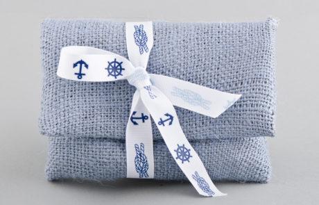 Μπομπονιέρα βάπτισης γαλάζιος φάκελος από λινάτσα με ναυτική κορδέλα